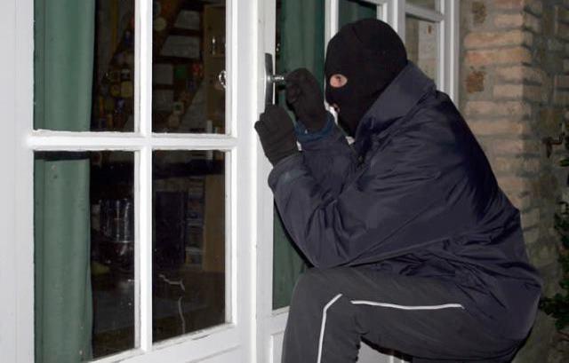 Palermo, rapinano una casa entrando dalla finestra | L'inquilino minacciato con un coltello