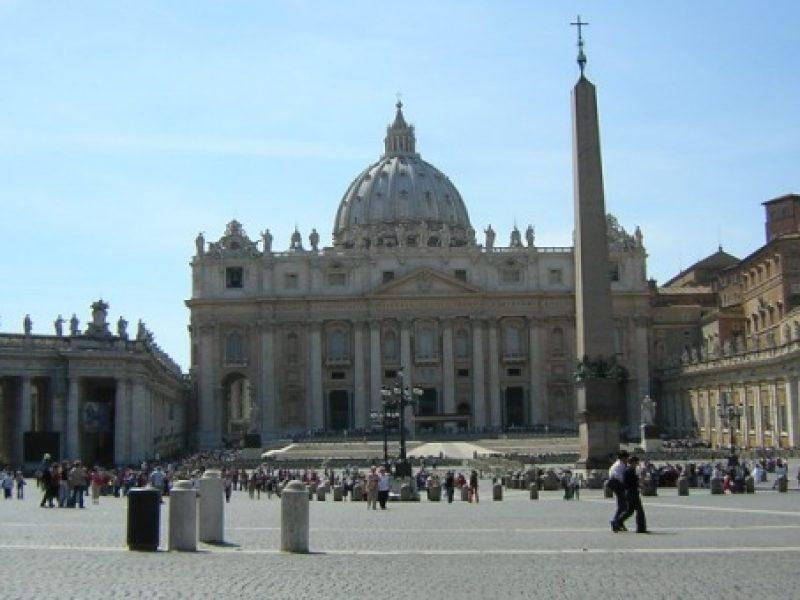 Roma, san pietro, uomo nudo, uomo nudo basilica san pietro, uomo nudo san pietro, uomo si spoglia san pietro