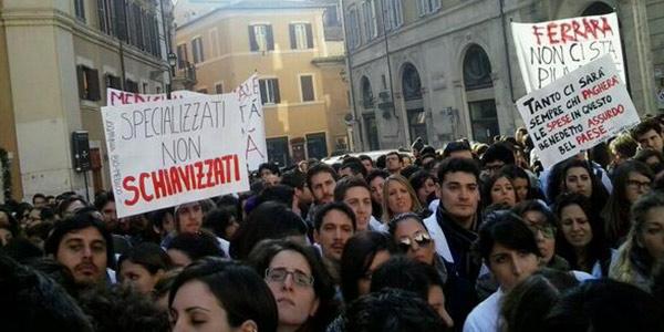Giovani medici protestano davanti a montecitorio non for Piazza montecitorio 12