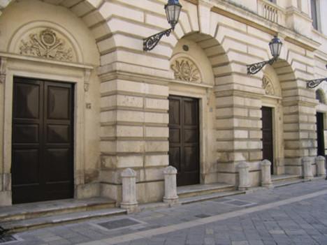 Lecce, attentato dinamitardo contro un bar | Danneggiato il teatro Paisiello
