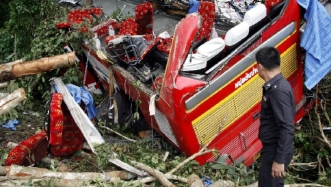 Thailandia, un bus finisce in una scarpata | Almeno 29 morti, quattro feriti gravi