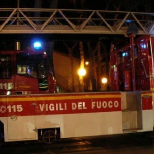Milano, incendio in un capannone: muore un vigile del fuoco