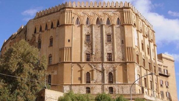 Palermo, i fumettisti disegnano Palazzo Reale: 5 gigantografie esposte nel cortile