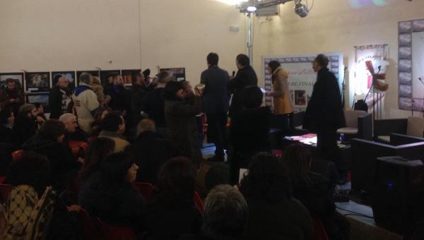 Formazione, protesta dei lavoratori al Festival della legalità Kaos | Una decina di persone ha invaso il palco dove stava parlando Scilabra