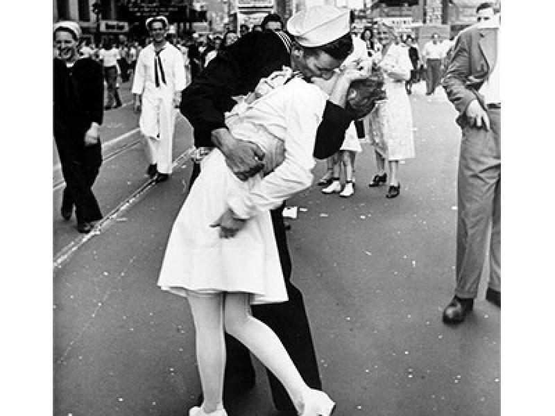 Un bacio pieno di passione combatte la carie il mal di for Mal di testa da pressione alta