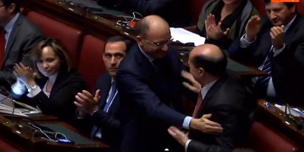 L'abbraccio tra Enrico Letta e Bersani | Il lungo applauso del parlamento / VIDEO