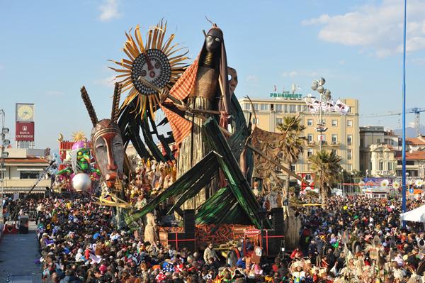Le dimissioni di Letta arrivano al Carnevale di Viareggio