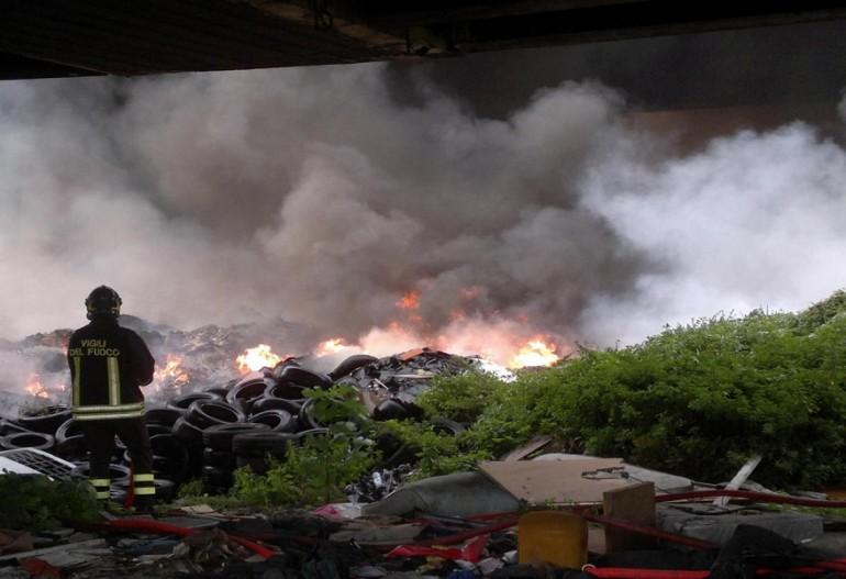 Ilva e Terra dei fuochi, via libera al decreto legge | 5 anni di carcere a chi brucia i rifiuti