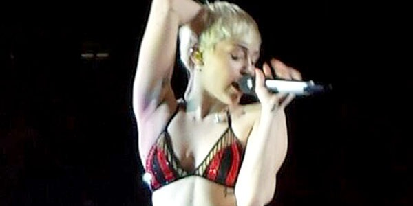 Miley Cyrus sul palco in mutande e reggiseno durante il Bangerz Tour /VIDEO
