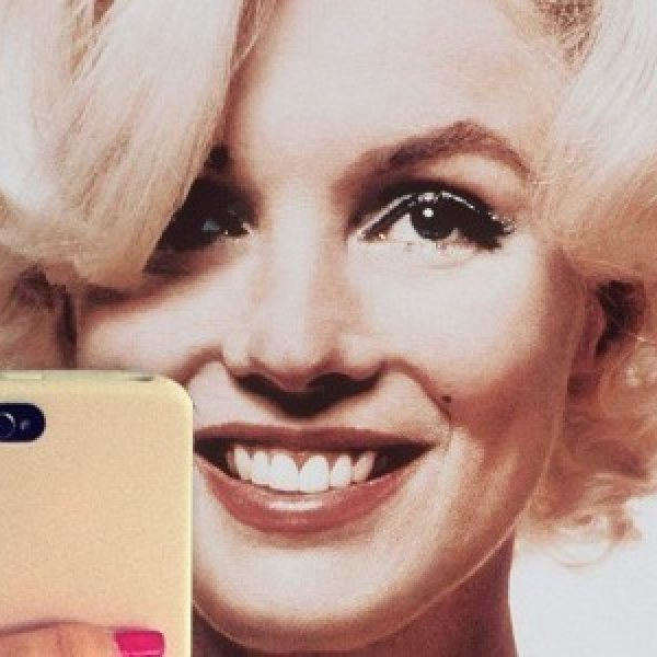 """I selfie devastano l'autostima"". La replica ai chirurghi Usa: ""Ma siete seri?"""