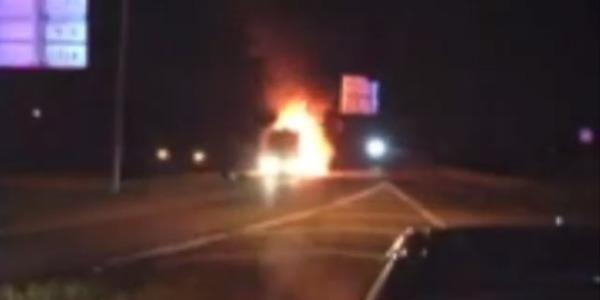 Miley Cyrus, il suo bus prende fuoco… e lei si tocca le parti intime /FOTO /VIDEO