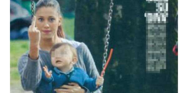 Belen mostra il dito medio ai paparazzi: nervi a fior di pelle al parco con il figlio