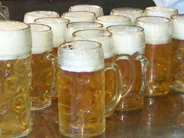 Gli abitanti di Ostritz comprano tutta la birra del paese per sabotare il festival neonazista