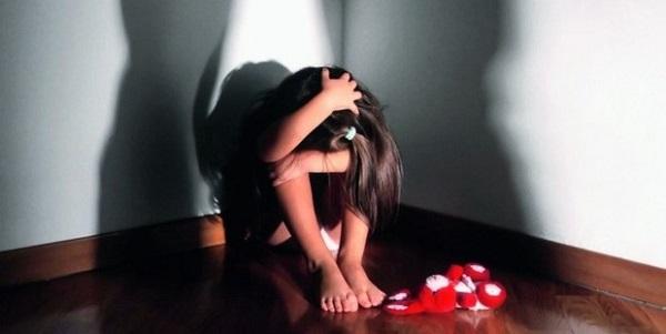 Orrore a Parigi, quattro bambini segregati in casa | Non hanno mai lasciato la stanza dalla nascita
