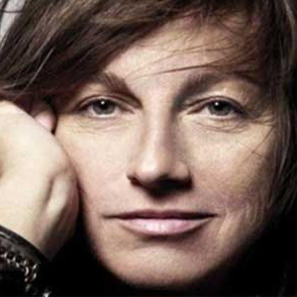 Paura per Gianna Nannini, cade durante concerto a Genova
