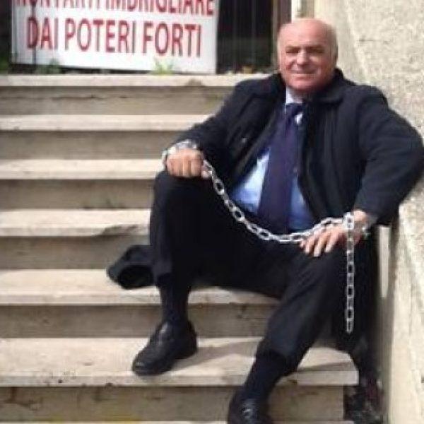 L'ex deputato dell'Ars Gennuso (Mpa) s'incatena a Siracusa | L'attacco di Marziano (Pd):