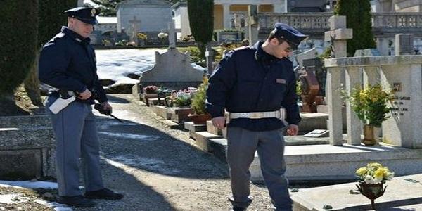 Donna uccisa al cimitero, arrestato il figlio: le fracassò la testa