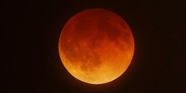Luna rossa in arrivo, ecco quando e come vedere l'eclissi parziale