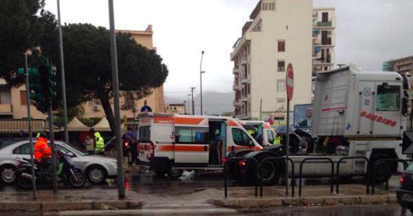 Palermo, incidente in viale Regione siciliana /FOTO | Abbattuto un semaforo, coinvolte quattro macchine