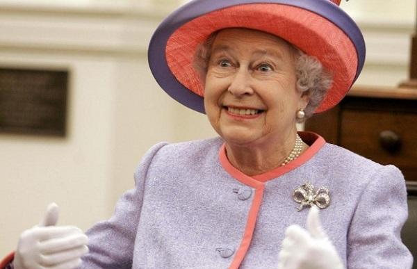 La regina Elisabetta appende la patente al chiodo