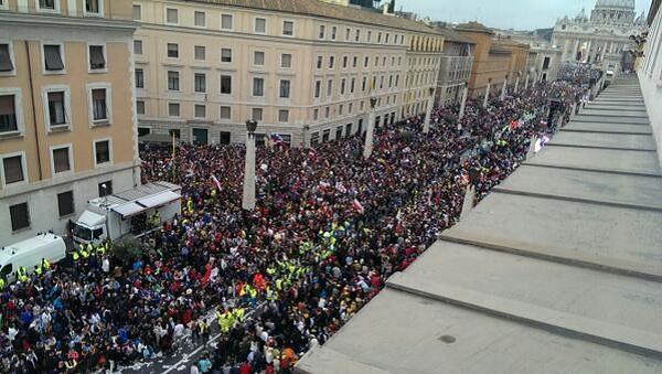 Due Papi Santi, già gremita piazza San Pietro /FT