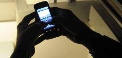 """Ben otto italiani su dieci hanno subito molestie online o attraverso il cellulare: il cosiddetto cyber stalking, secondo il Rapporto Italia 2017 di Eurispes, riguarda l'83,3% delle persone intervistate dall'istituto in un sondaggio. E la quota sale ulteriormente se si considera la fascia di età più giovane: il 91,2% dai 25 ai 34 anni e l'87,5% dai 18 ai 24 anni. Per quanto riguarda il fenomeno dello stalking """"tradizionale"""", afferma di averlo subito il 12,2% dei cittadini mentre il 29,6% conosce qualcuno che ne è stato vittima. Le vittime si concentrano in particolare nelle fasce d'età tra i 18 e i 44 anni, con un picco tra i 25 e i 34 (20%). Gli autori delle molestie sono per lo più ex partner (37,1%), conoscenti (17,4%) e colleghi (15,9%)."""