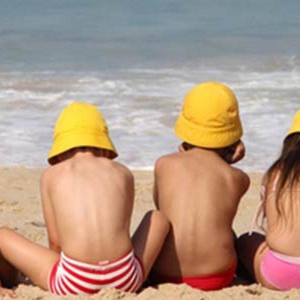 """I pediatri lanciano l'allarme: """"Un bambino su due non sa nuotare ma sa navigare su internet"""""""