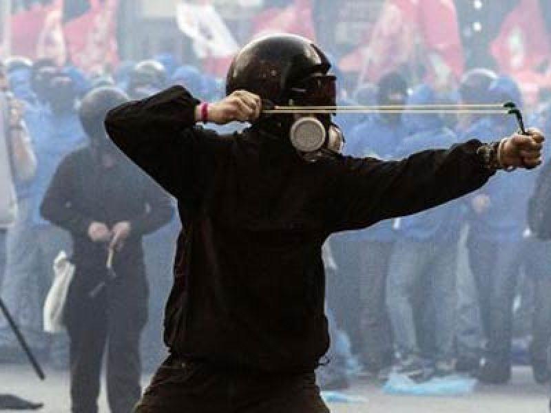 violenza-manifestazione-senza-casa-un-ragazzo-ferito-grave-a-una-mano-due-poliziotti-codice-verde