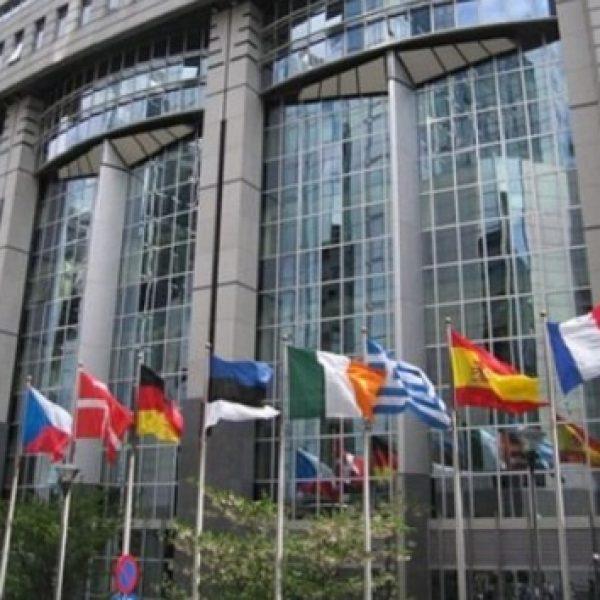 Bruxelles, l'Ue non crede alla crescita italiana | La Commissione rivede le stime al ribasso: +0,7%