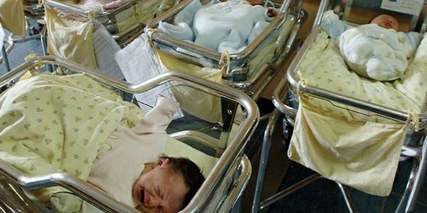 Il tribunale le nega il figlio e lei lo porta via dall'ospedale