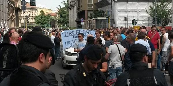 """Milano, Maroni si schiera con i tassisti:   """"Uberpop non è una app autorizzata"""""""