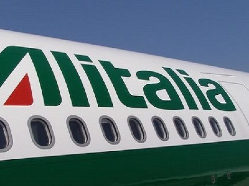 """Incidente a Linate, furgoncino contro un aereo Alitalia: aeroporto chiuso """"un uomo di sessanta anni che è stato accompagnato in ospedale in codice verde"""" Potrebbe interessarti: http://www.milanotoday.it/cronaca/incidente-aereo-furgone-linate.html Seguici su Facebook: http://www.facebook.com/MilanoToday"""