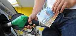 benzina scende il prezzo della verde, ribassi della benzina, sollievo per chi deve viaggiare la benzina costa meno, a sorpresa scende il prezzo della benzina, la verde a 1,6