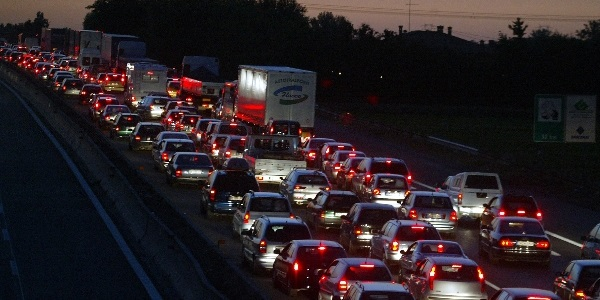Camion a fuoco sull'autostrada A1 | Code chilometriche, traffico bloccato