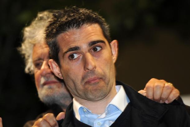 Beppe Grillo e Pizzarotti ancora ai ferri corti | Ma il sindaco di Parma non può essere espulso