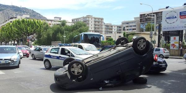 Palermo, auto si ribalta in via Belgio /FOTO | Scena da film senza stuntman: due feriti gravi