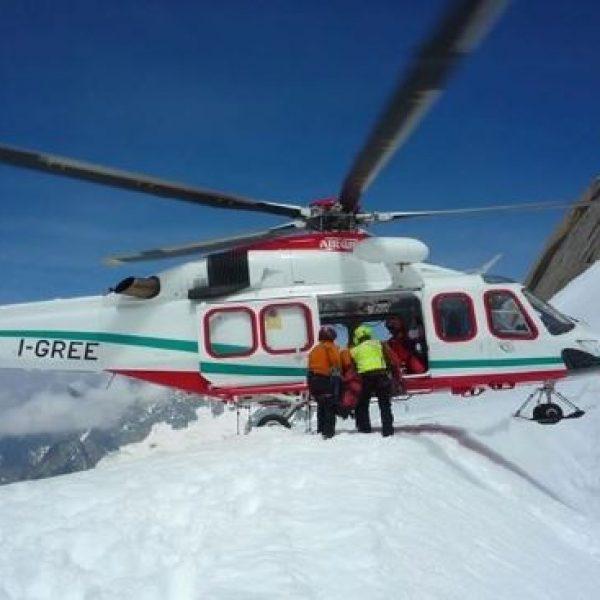 Bolzano, due sciatori travolti da una slavina | Uno di loro è stato estratto morto dalla neve