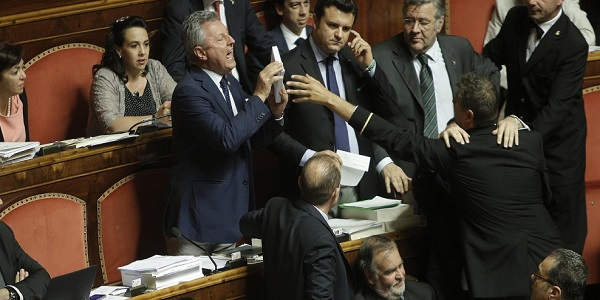 Riforme, bagarre in Senato per il voto segreto  Grasso minaccia di far intervenire la Polizia