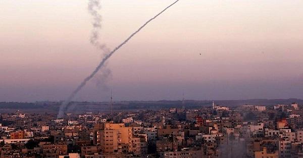 Tel Aviv, un razzo sparato da Gaza colpisce una casa: 7 feriti