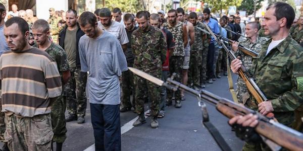 "Umiliante gogna dei prigionieri ucraini a Donetsk | Merkel: ""500 milioni per ricostruire l'Est"""