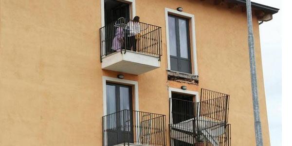 Tragedia sfiorata a l 39 aquila crolla un balcone la for Piani di una casa a un piano con seminterrato di sciopero