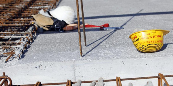 Gru si ribalta e schiaccia operaio, tragedia sul lavoro: muore 57enne romano