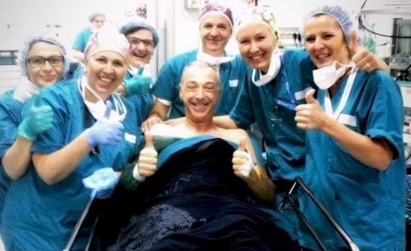 """Linus documenta il """"tagliando"""" al tendine d'Achille: un selfie dalla sala operatoria"""