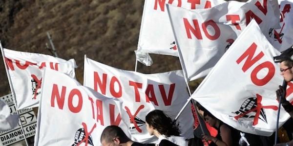 """Protesta dei """"No Tav"""" a Torino, cariche contro la polizia"""