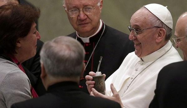 A Papa Francesco piace il mate argentino | Una preghiera e un appello per i malati di Ebola