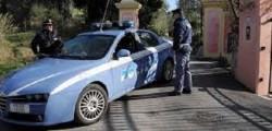 polizia, napoli, accoltellato, regisce a rapine, prognosi riservata, chiaia, ferito per una rapina