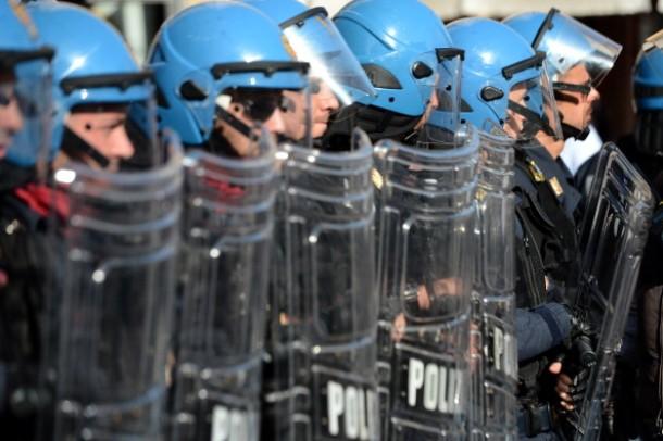 """Blocco stipendi, la polizia: """"Sciopero generale""""   Renzi: """"Sì a incontro, ma non accetto ricatti"""""""