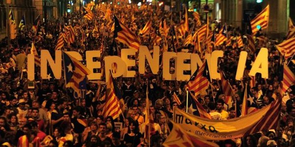 Catalogna, l'ultimatum di Madrid è scaduto | Ma Puigdemont scrive a Rajoy e prende tempo