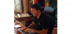 Matteo Renzi, premier, presidente del consiglio, cinque twitt di renzi, renzi difende descalzi