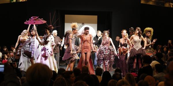 Parigi, la sfilata golosa: gli abiti sono di cioccolato